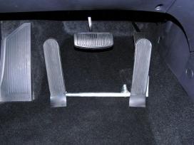 Levý odnímatelný mechanický plynový pedál na podlaze