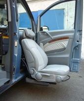 Otočná a výsuvná sedačka se snížením